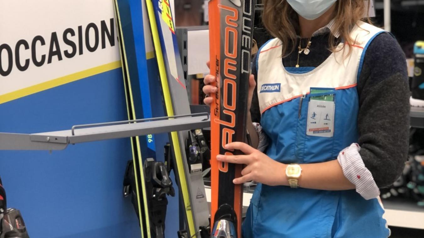 A Publier, un coin dédié aux skis d'occasion a été aménagé. Alizée Vivard est en charge du développement durable au sein du magasin.