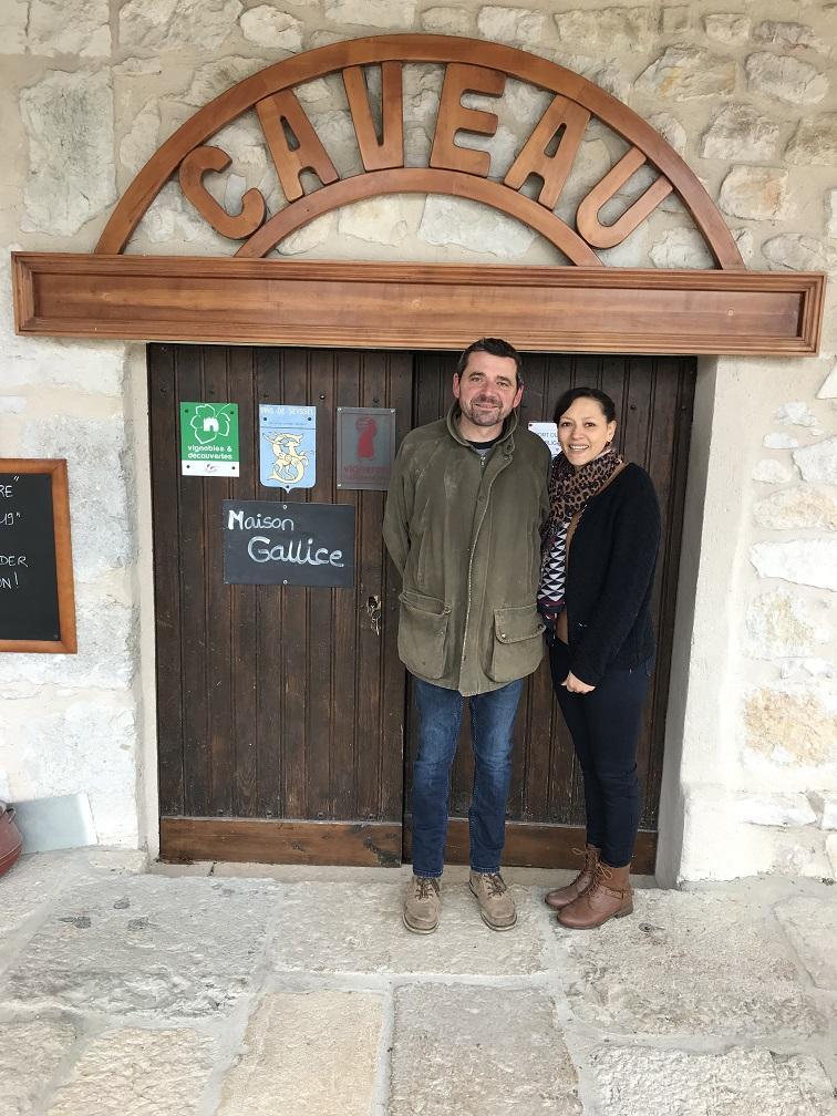 Stephane et Barbara Gallice accueillent les clients au caveau a La Trille_Corbonod ©AgenceTexto