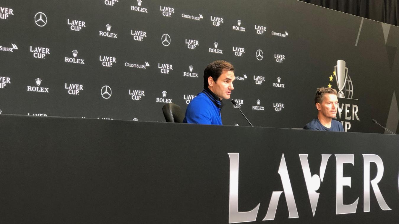 Samedi 21 septembre, Roger Federer, en compagnie de Thomas Enqvist, lors de la conférence de presse, après sa victoire contre Nick Kyrgios, dans la Laver Cup.