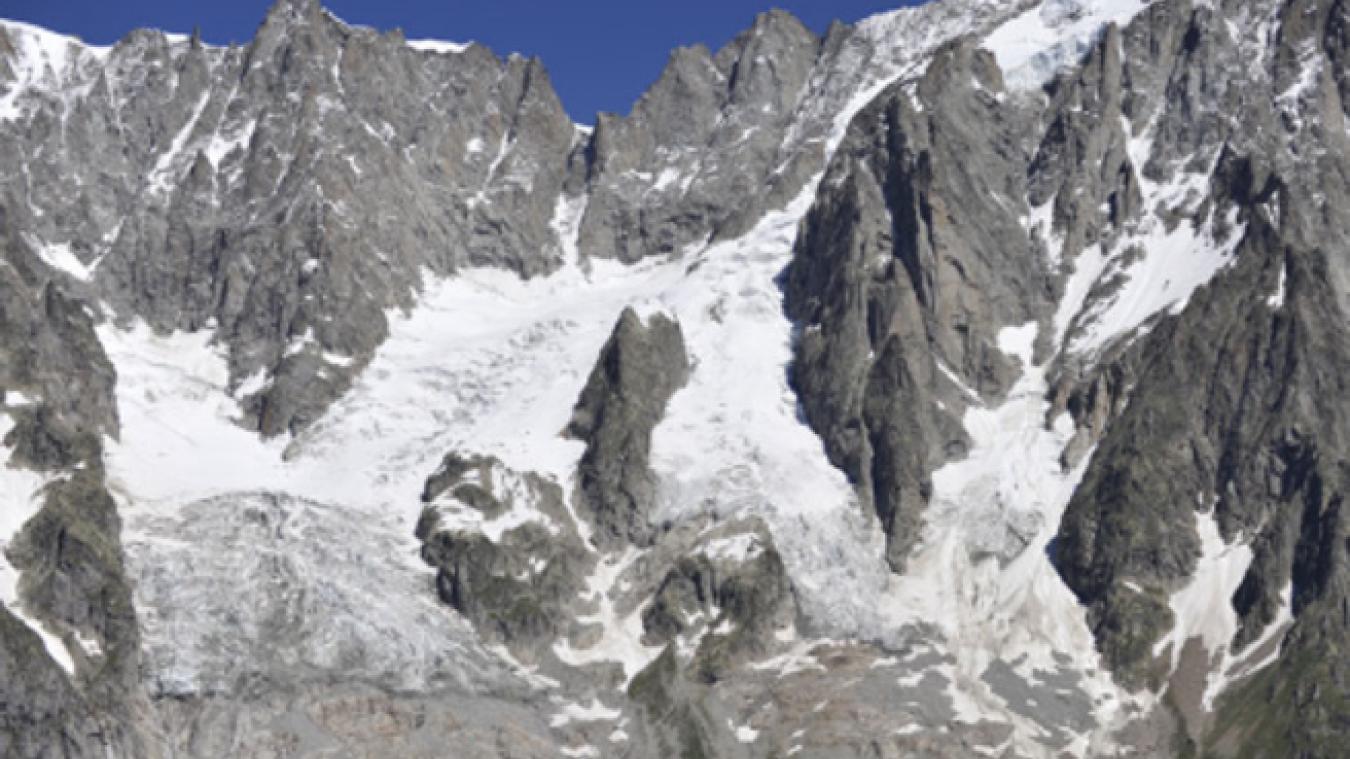 Le maire de Courmayeur a ordonné mardi 24 septembre la fermeture d'une route qui passe sous le glacier de Planpincieux, du côté italien du massif du Mont-Blanc car une partie du glacier, d'un volume de 250 000 mètres cubes, pourrait s'effondrer. © Corriere della Sera