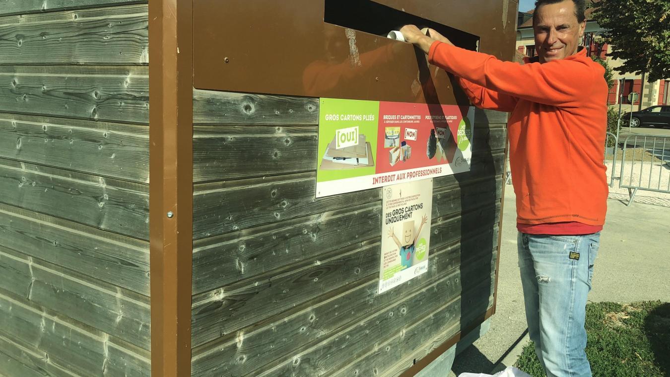 A Douvaine, malgré le fait que plusieurs conteneurs à cartons soient installés, comme ici à côté de La Poste, certains ne jouent pas le jeu.
