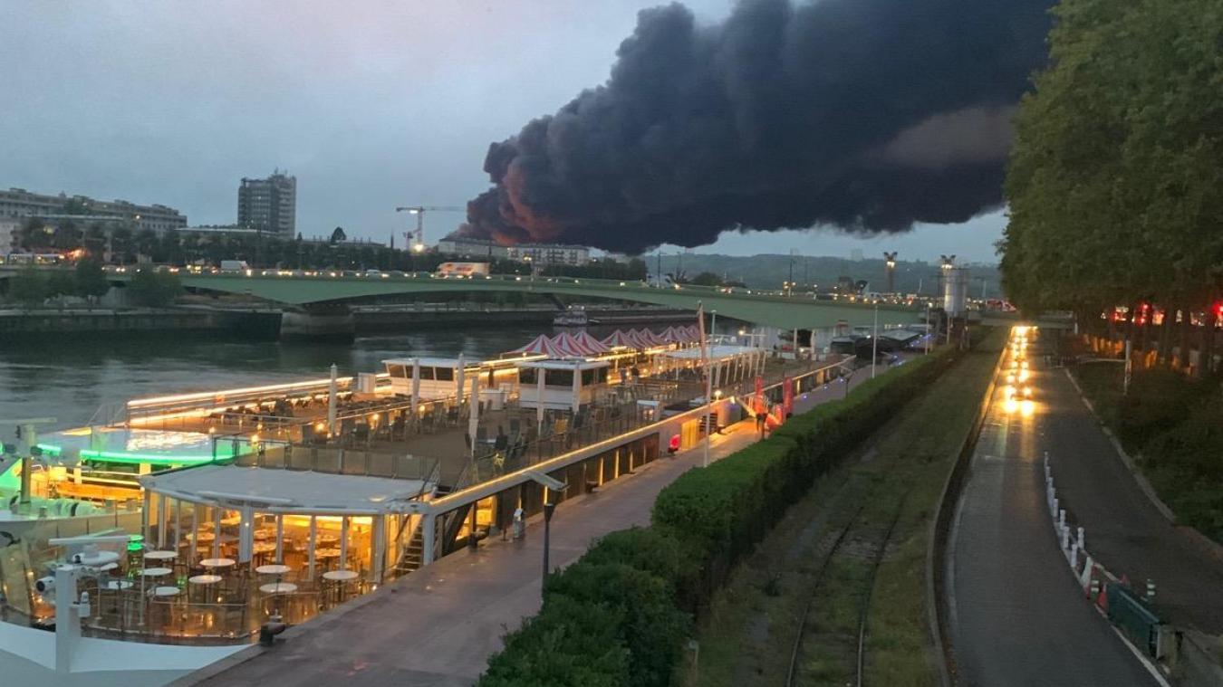 Dans la nuit du mercredi 25 au jeudi 26 septembre, un incendie s'est déclaré à l'usine chimique Lubrizol de Rouen (Seine-Maritime), classée Seveso seuil haut. © LVDN