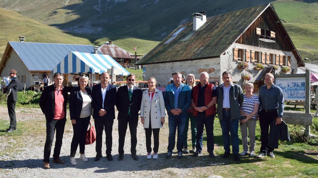 Le sous-préfet de Thonon-les-Bains, Richard-Daniel Boisson (au centre de la photo, lunettes et gilet vert) lors de l'inauguration du refuge de Bise à Vacheresse.