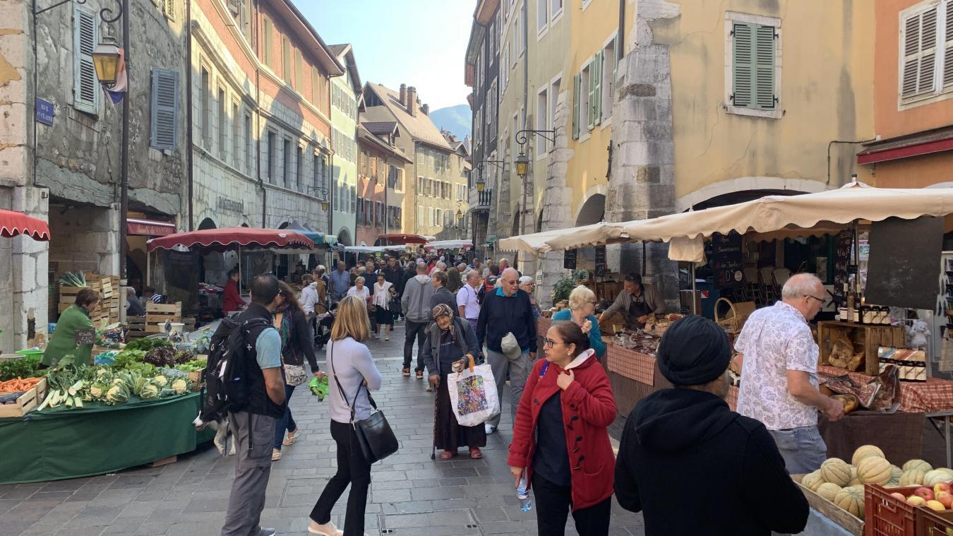 Des milliers de personnes traversent le marché de la vieille ville trois fois par semaine à Annecy.