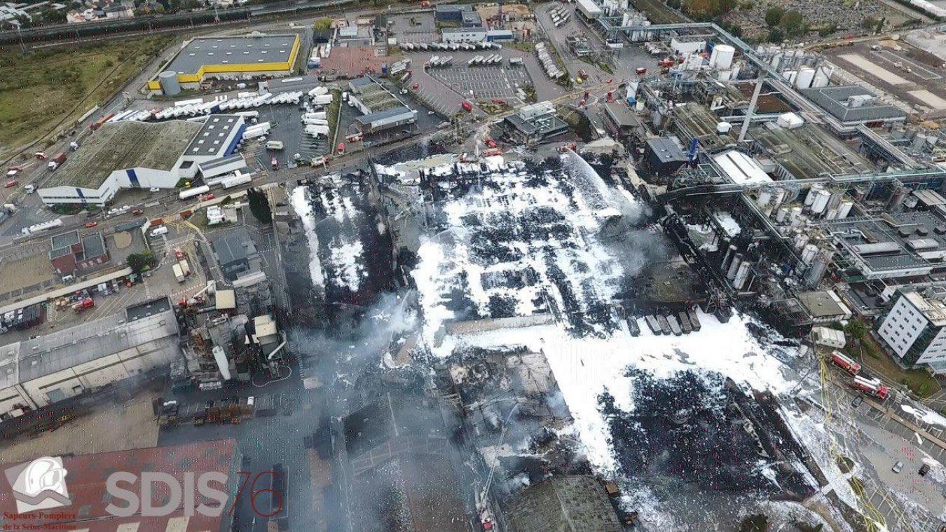 Vendredi 27 septembre, 120 sapeurs-pompiers étaient encore sur place pour refroidir des fûts qui se trouvaient dans l'usine et qui ont chauffé. ©SDIS76