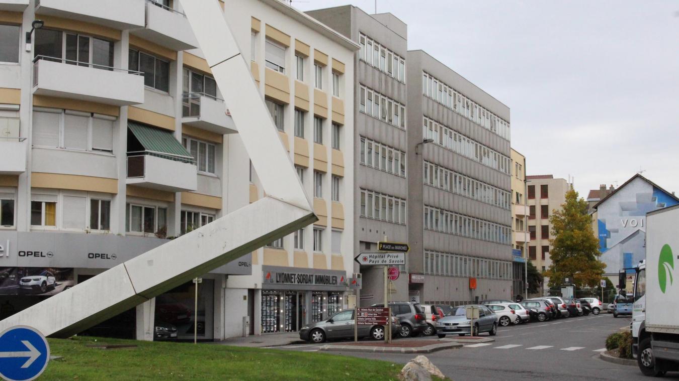 Pour le désamiantage, c'est DRA (Désamiantage Rhône-Alpes, banlieue lyonnaise) qui s'occupe des travaux, sur le site de l'ancienne clinique de Savoie, à Annemasse. Cardem, basée à Lyon, est l'entreprise de démolition qui a été désignée.