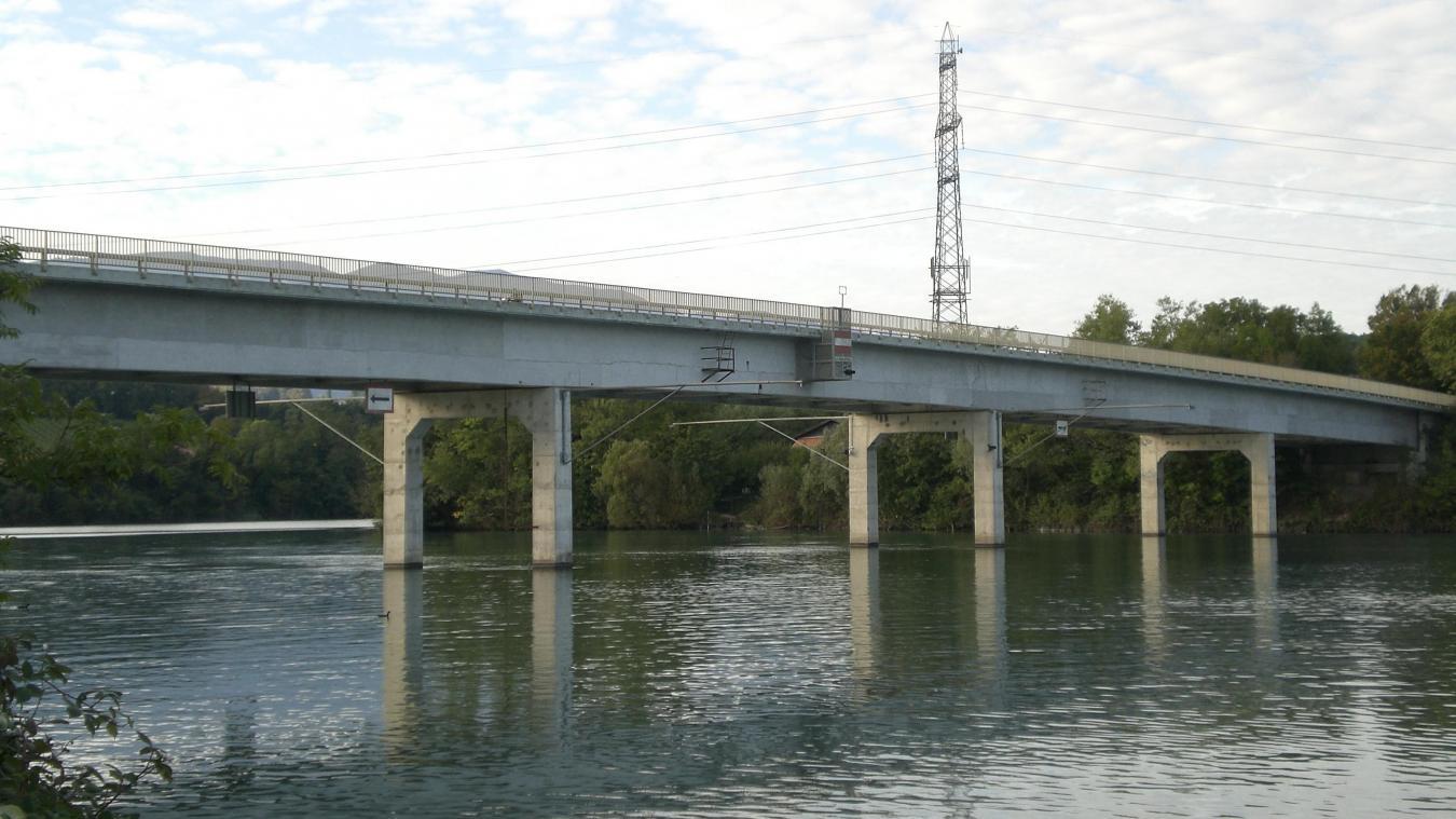 Dimanche 22 septembre, la police de Genève retrouvait le corps sans vie d'un petit garçon de 4 ans dans le Rhône. Recherché depuis, le père de l'enfant a été retrouvé mort en aval du pont de Peney dimanche 29 septembre. © Nicolas Ray