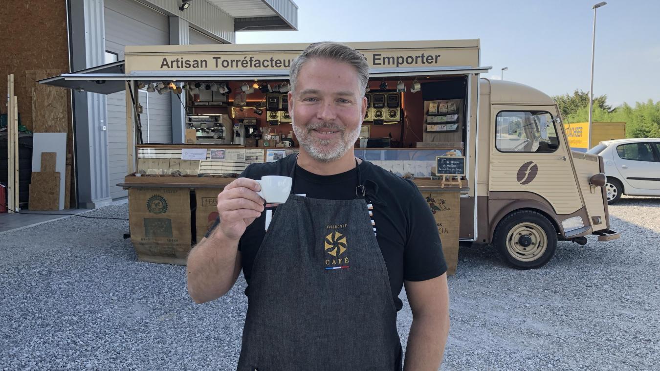 Avec son « vieux tube », Fabien Roguet vend ses cafés sur les marché d'Annecy, Annecy-le-Vieux et Saint-Jorioz.