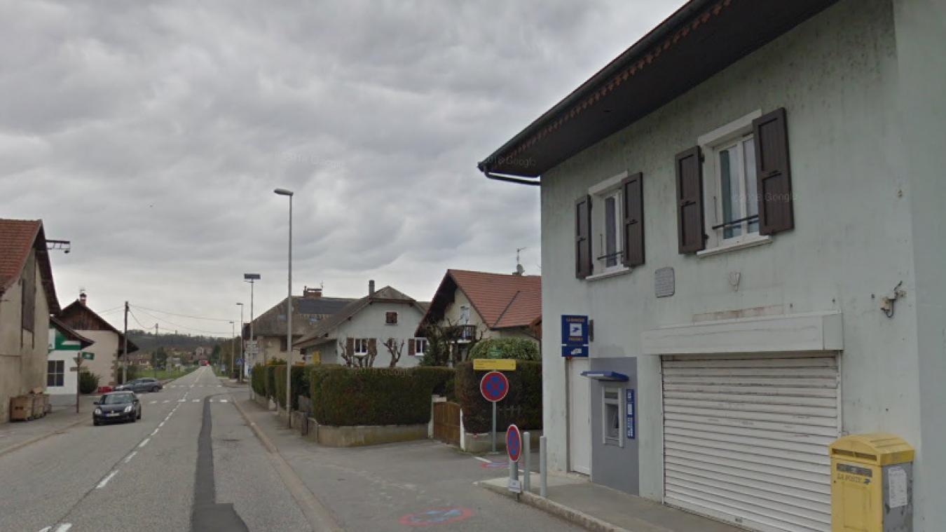 Un groupe de malfaiteurs a dévalisé un distributeur automatique de billets (DAB) dans la nuit du 6 au 7 octobre 2019 à Vallières-sur-Fier, près de Rumilly. (capture d'écran Google Street View)