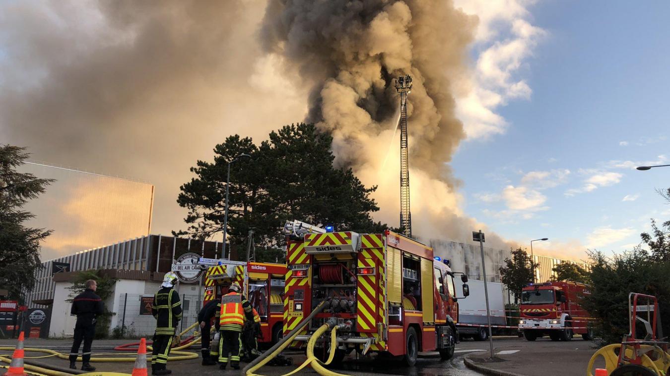 Un incendie s'est déclenché peu avant 7 heures mardi 8 octobre dans un entrepôt de 3 000 m2 situé à Villeurbanne près de Lyon. © SDMIS 69