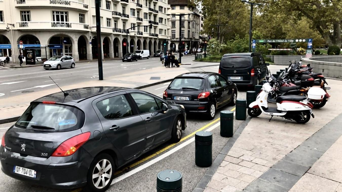 Chaque jour, les voitures s'arrêtent à un endroit qui n'est pas fait pour ça.
