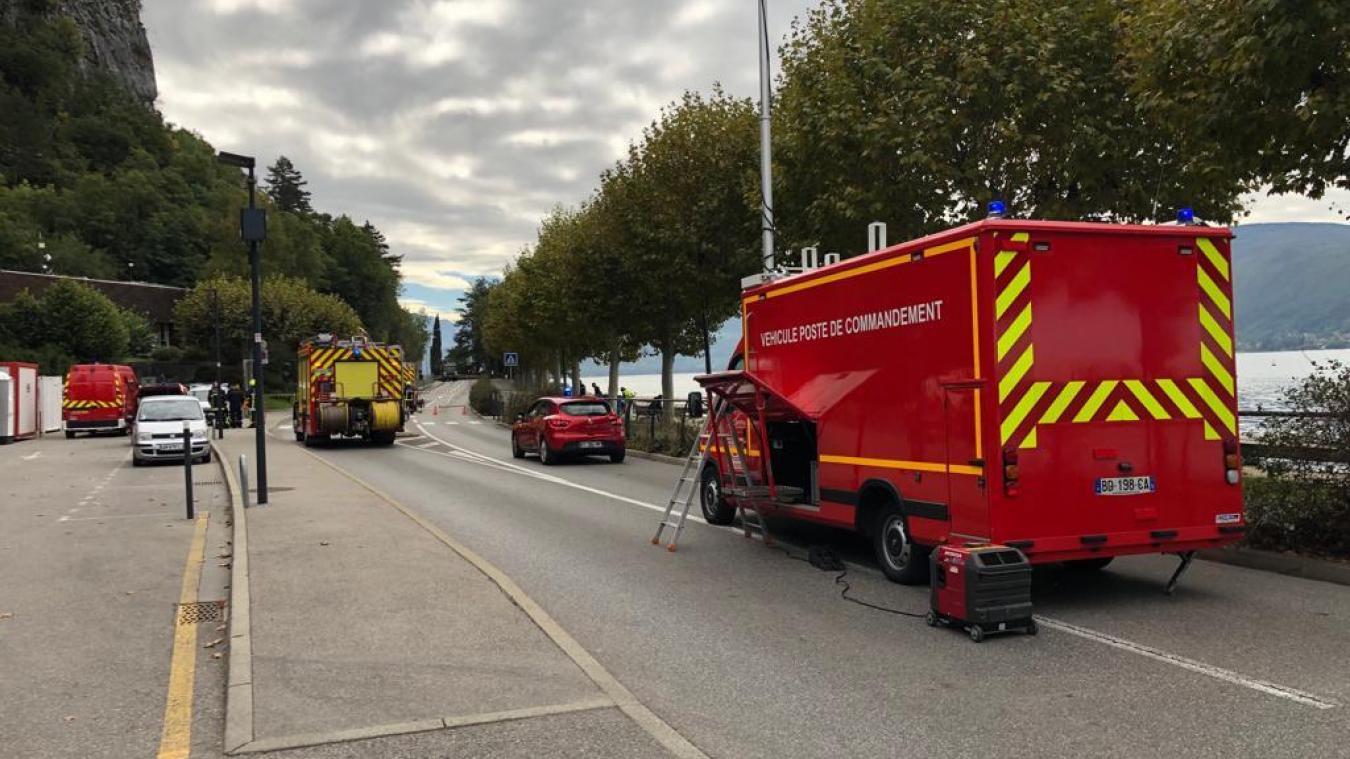 L'intervention des pompiers pour une fuite de gaz sur le chantier de démolition de l'ex-Maracaïbo entraîne une coupure de la circulation entre Annecy et Veyrier-du-Lac, mardi 8 octobre 2019.