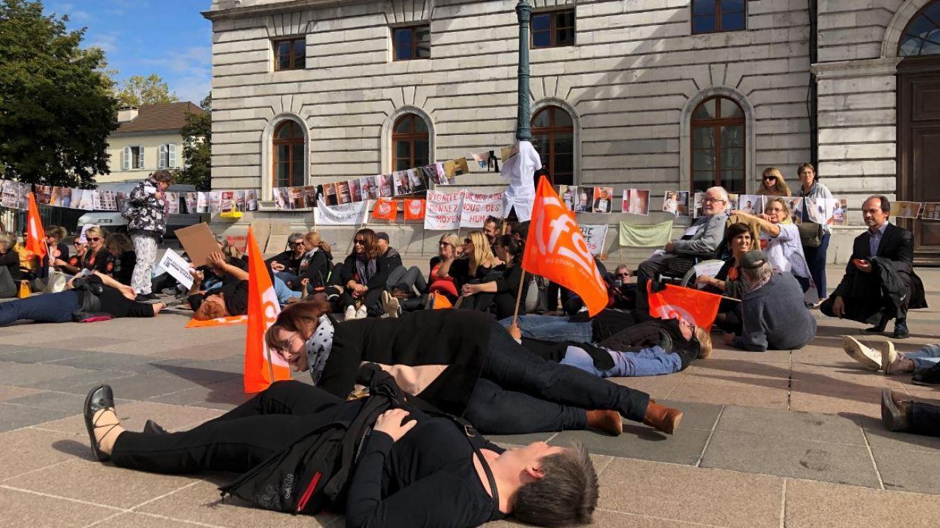 A l'initiative de la CFDT, les agents et salariés des secteurs sanitaire, social et médico-social ont fait un sit-in devant la mairie d'Annecy.