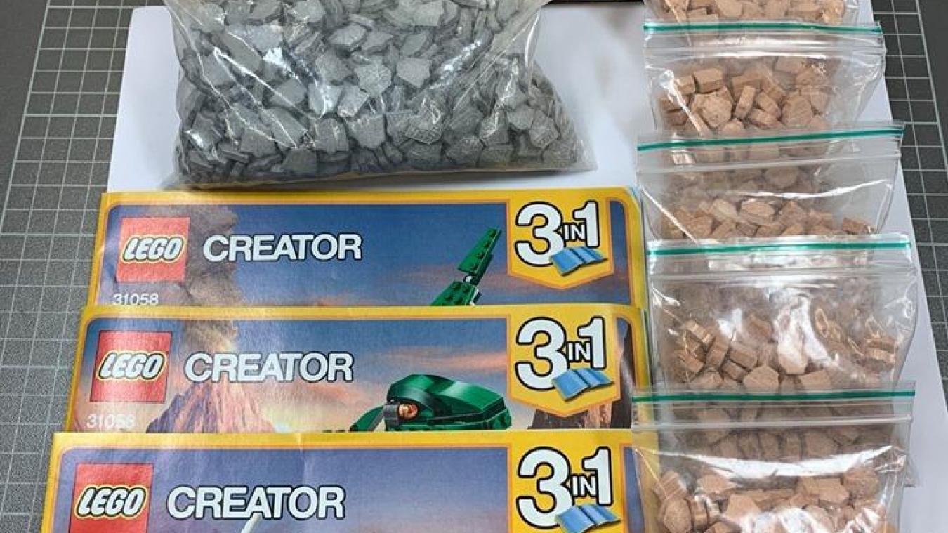 Les douaniers d'un centre de tri postal du canton de Zürich ont fait une drôle de découverte dans un emballage de Lego : au lieu des petites briques en plastique, ils ont trouvé plus d'un millier de pilules d'ecstasy. © Administration fédérale des douanes