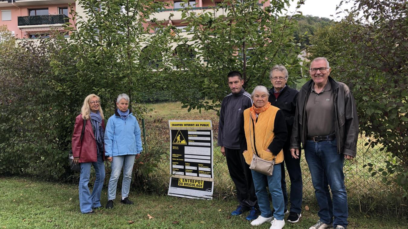 Quelques membre du collectif devant le terrain du futur immeuble qui se situera entre la résidence existante et le jardin du théâtre de Maiste.