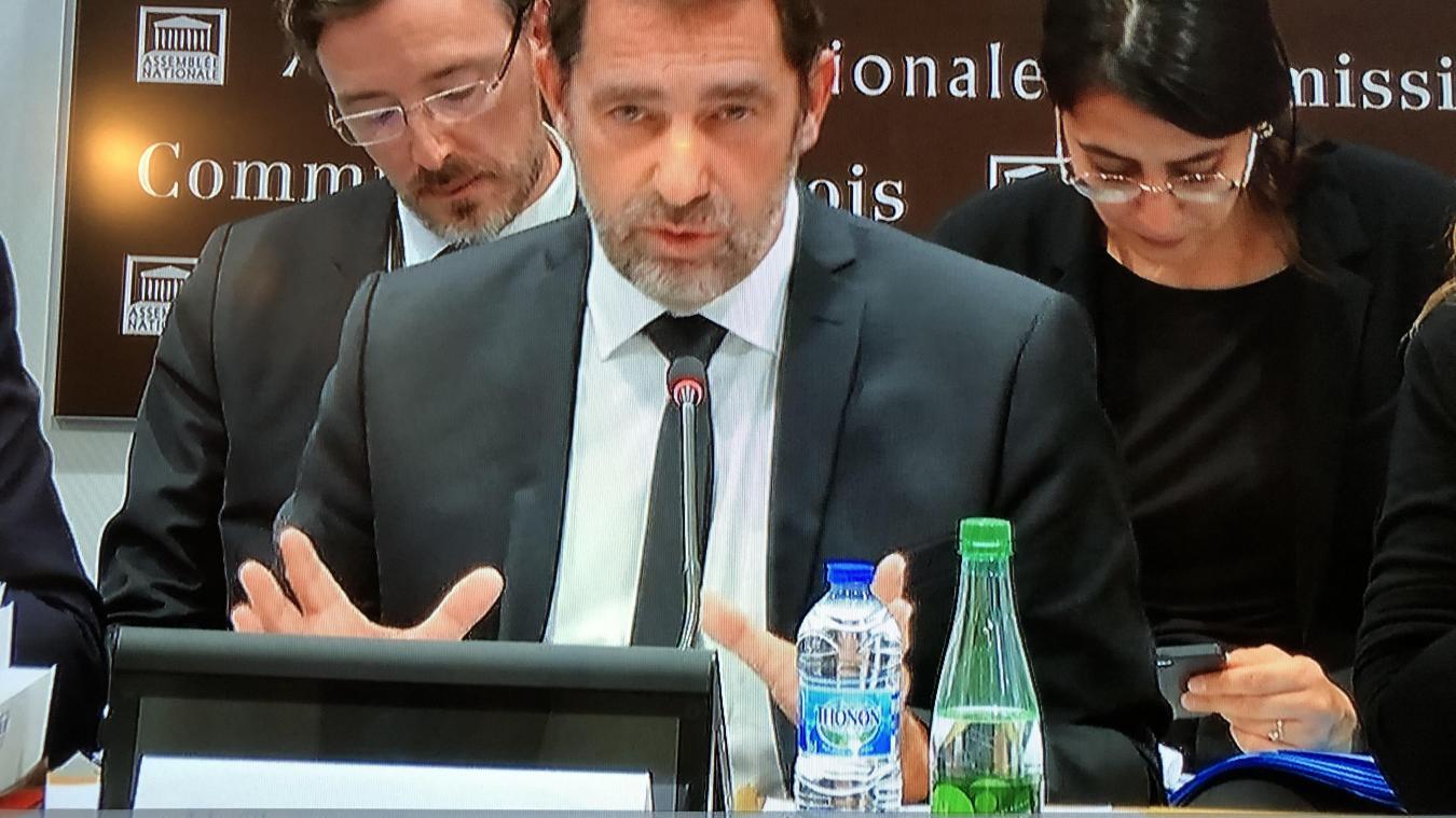 Bien en évidence sur la table du ministre de l'Intérieur, une bouteille d'eau de Thonon mais aussi une bouteille de Badoit, marque appartenant à la société des Eaux minérales d'Evian.