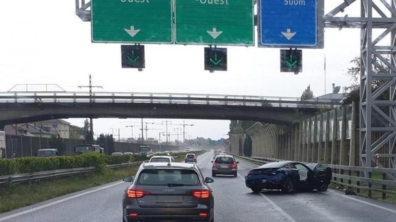 Mercredi 9 octobre, vers 10 h 30, deux véhicules se sont percutés sur l'A1, à hauteur de Morges, près de Lausanne. Une roue a été projetée sur la voie opposée, tuant sur le coup une automobiliste de 43 ans. © Lecteur reporter - 20Minutes