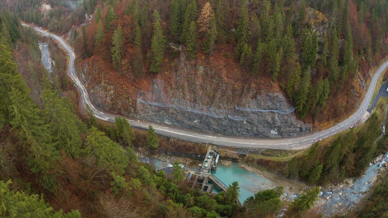 Des travaux ont été réalisés en face de l'usine électrique de Chevenoz, à gauche des grillages posés en 2018.