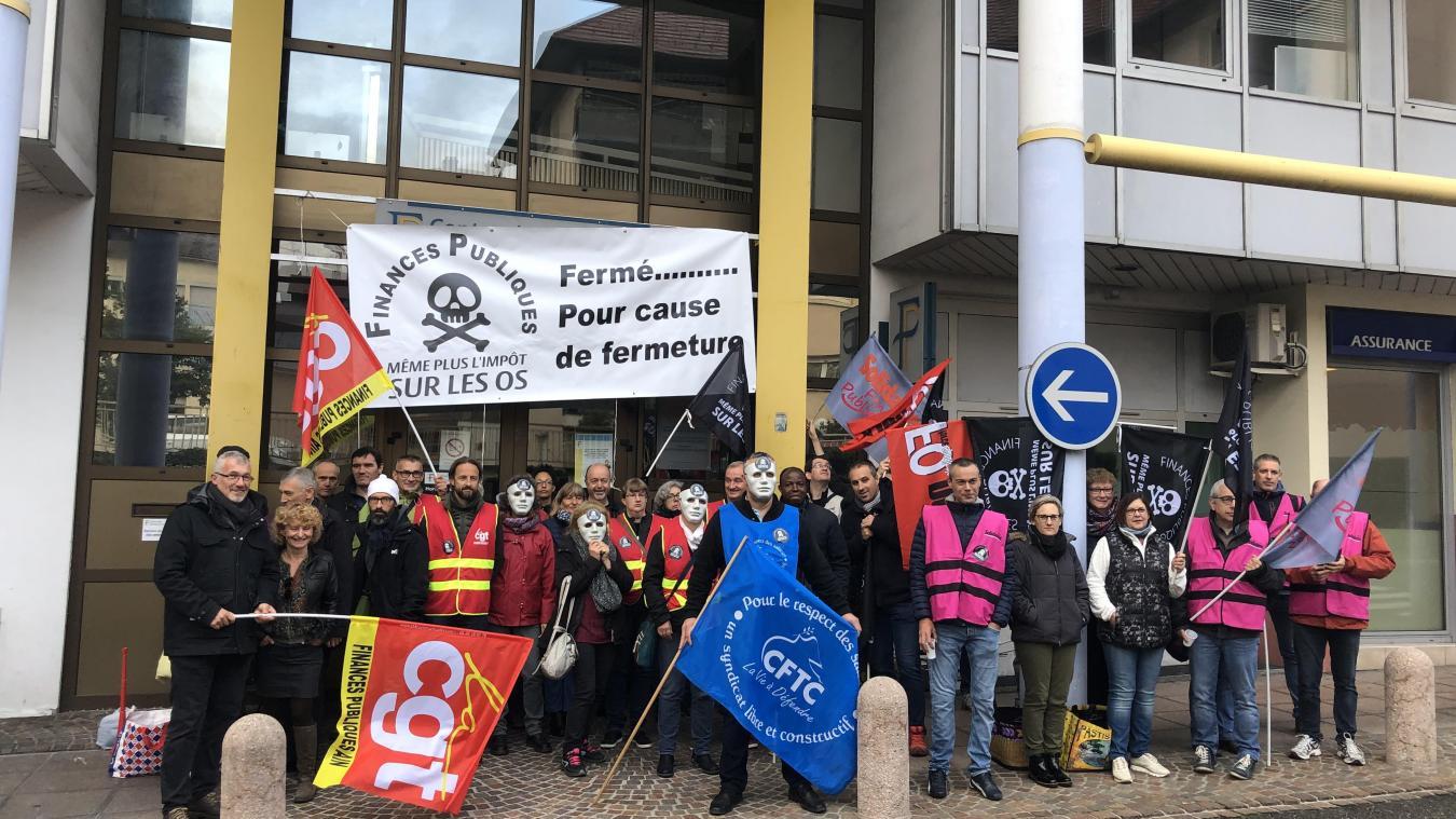 Ils étaient une quarantaine, jeudi 10 octobre, en grève devant le centre des impôts de Bellegarde