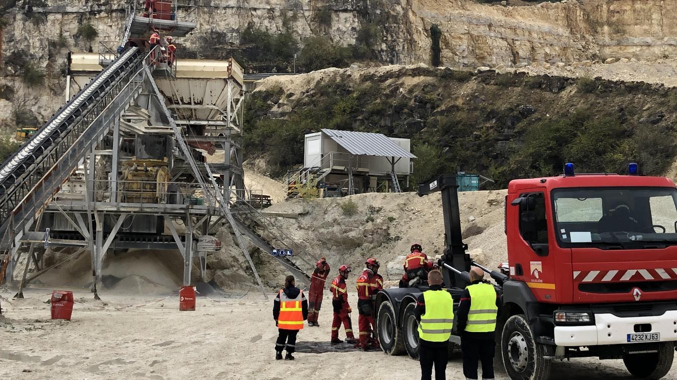Tyrolienne sur câble pour une personne coincée sur un équipement. Une équipe cynotechnique et des déblayeurs en action.