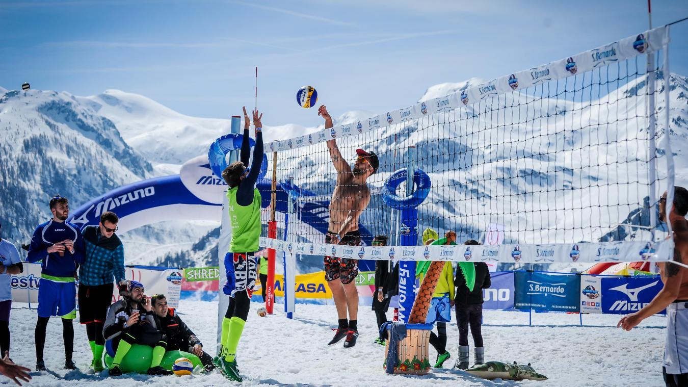Le snow-volley existe depuis des décennies dans les pays comme la Russie, l'Autriche ou la Suisse. Mais ce n'est qu'au début des années 2010 qu'il a été officiellement reconnu. La fédération autrichienne l'a fait en premier en 2011.