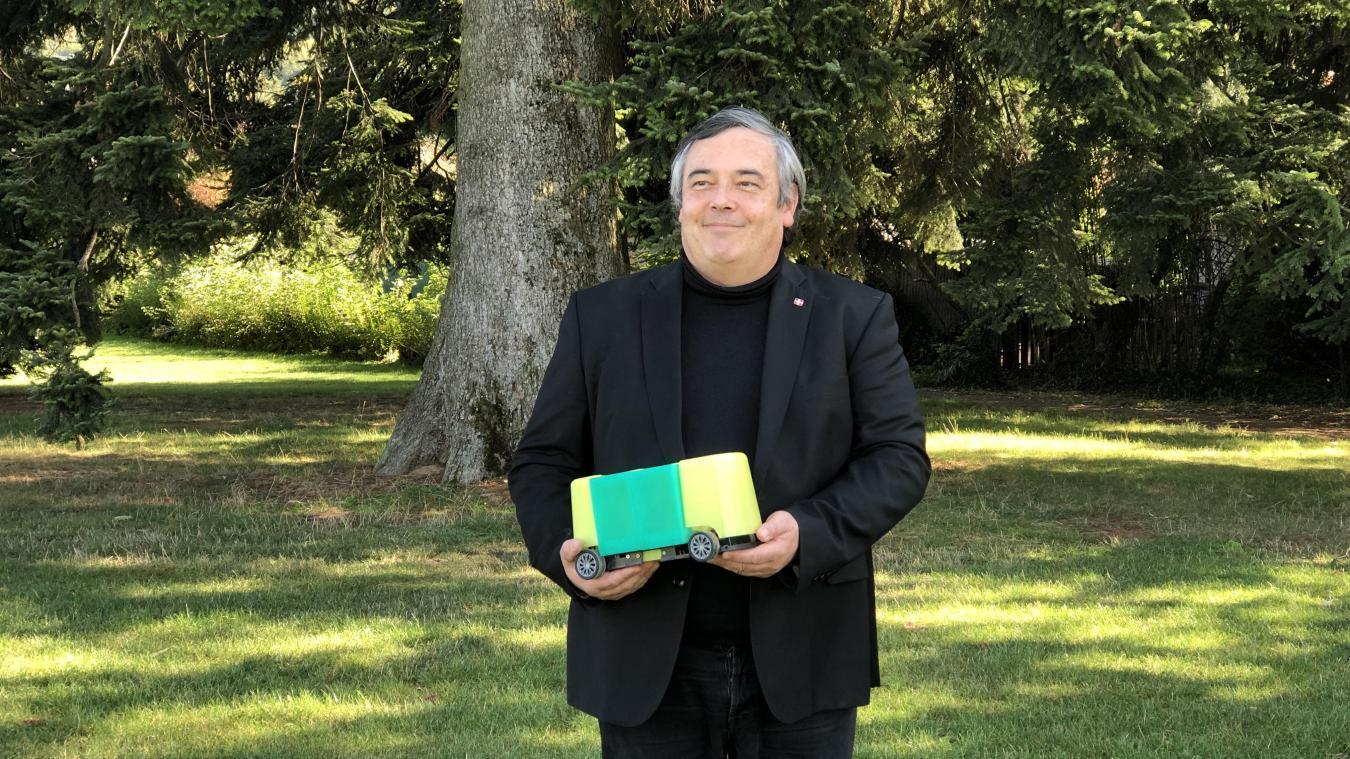 Jean-François Davoine dévoile une maquette standard du S-Module qu'il développe en secret dans son atelier.