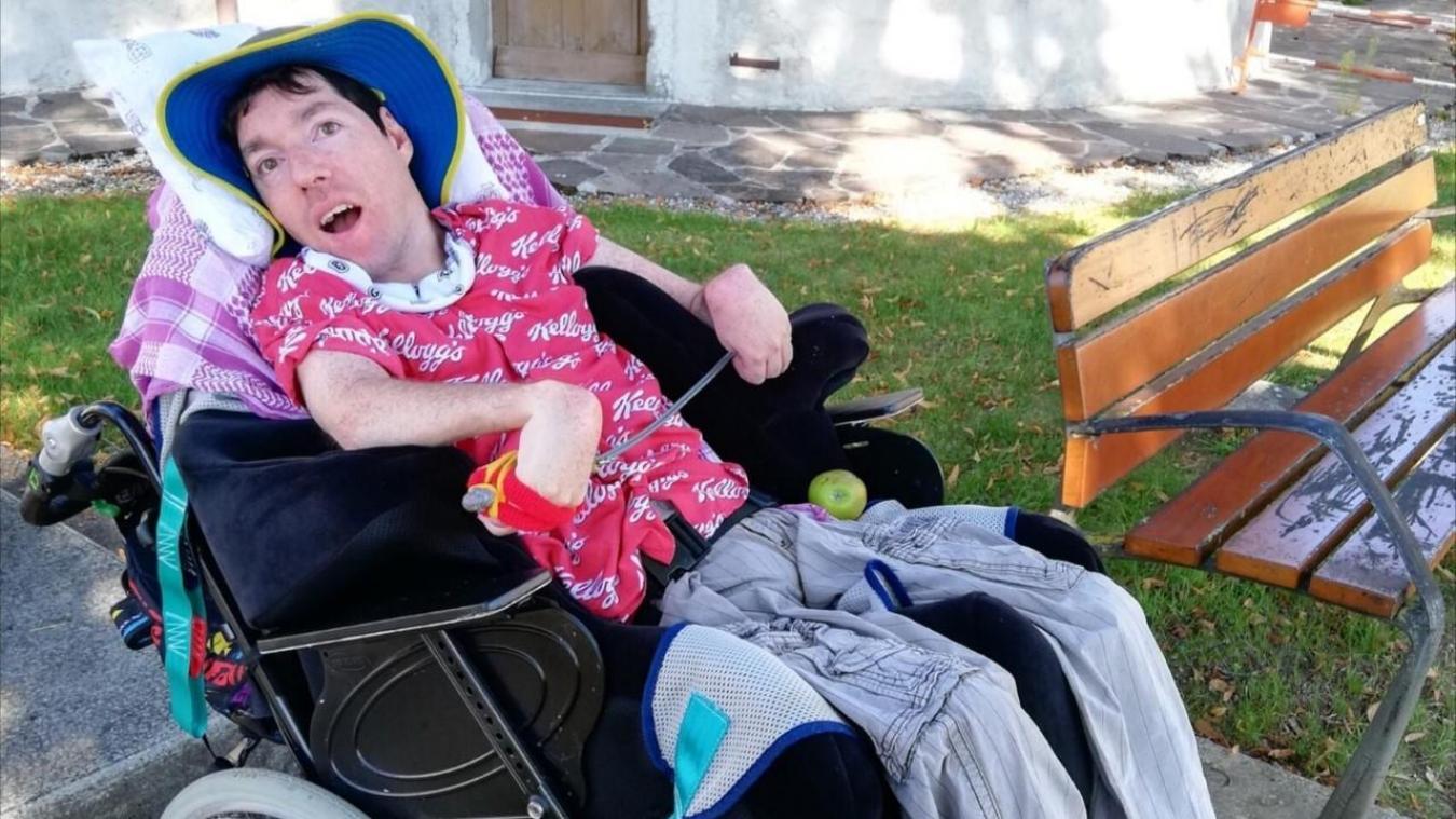 Axel a besoin d'une voiture équipée pour que sa maman Myriam puisse l'emmener à ses rendez-vous médicaux. (Photo : Myriam Berber)
