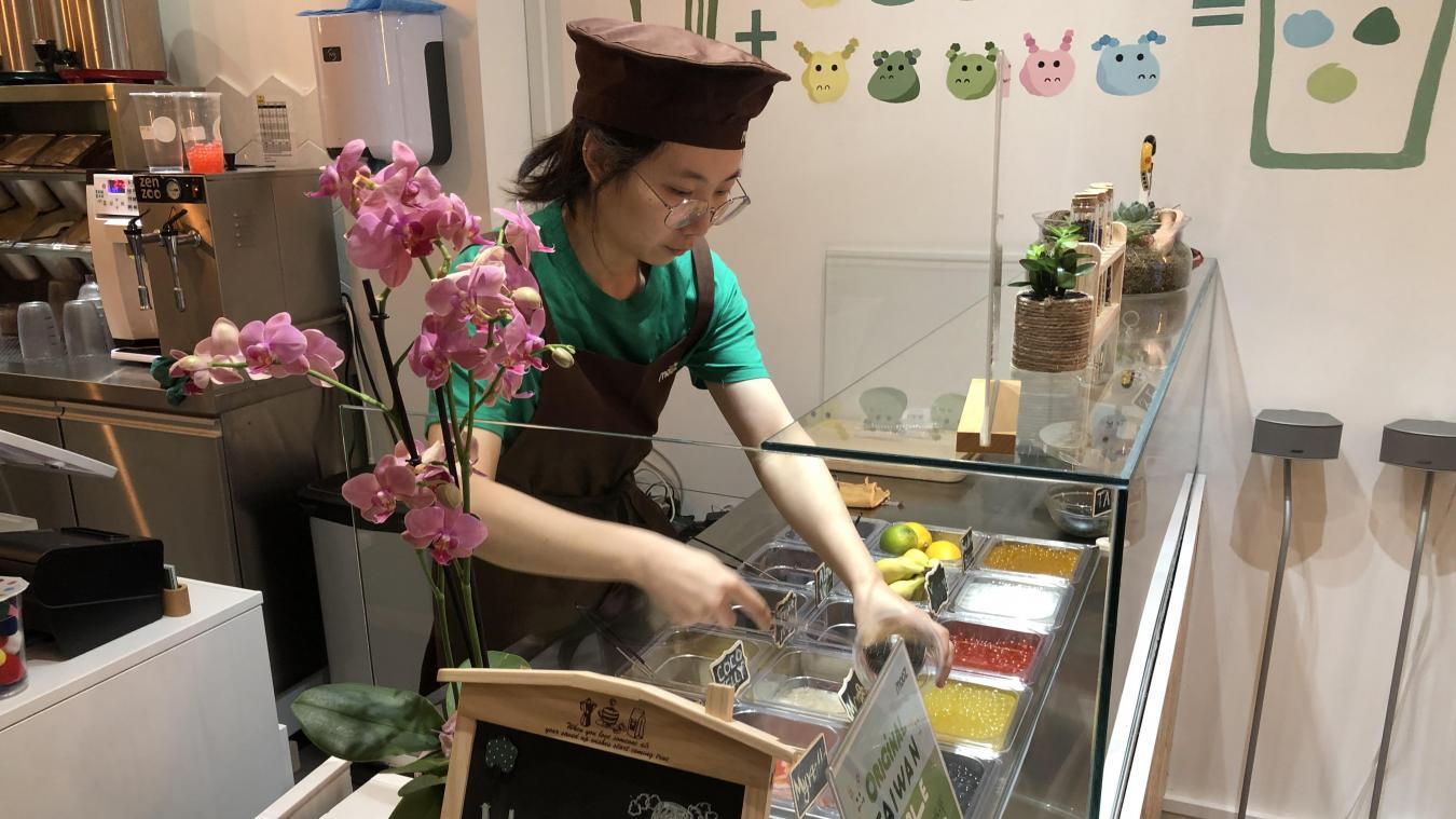 Chez Mooz Bubbletea, c'est en tenue tradionnelle chinoise que Yuan sert les bubble tea.