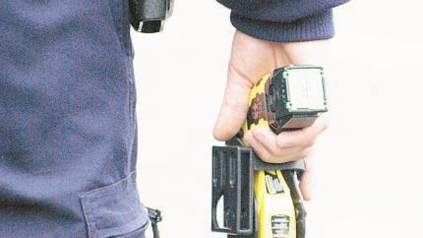 Dimanche 20 octobre, les gendarmes de La Roche-sur-Foron ont dû faire usage de leur taser pour calmer un individu qui voulait en découdre.