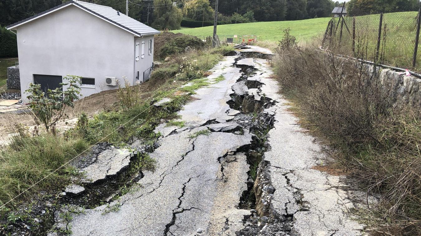 Un éboulement en février 2019 a ouvert la route tout le long du lotissement situé en contre-bas.