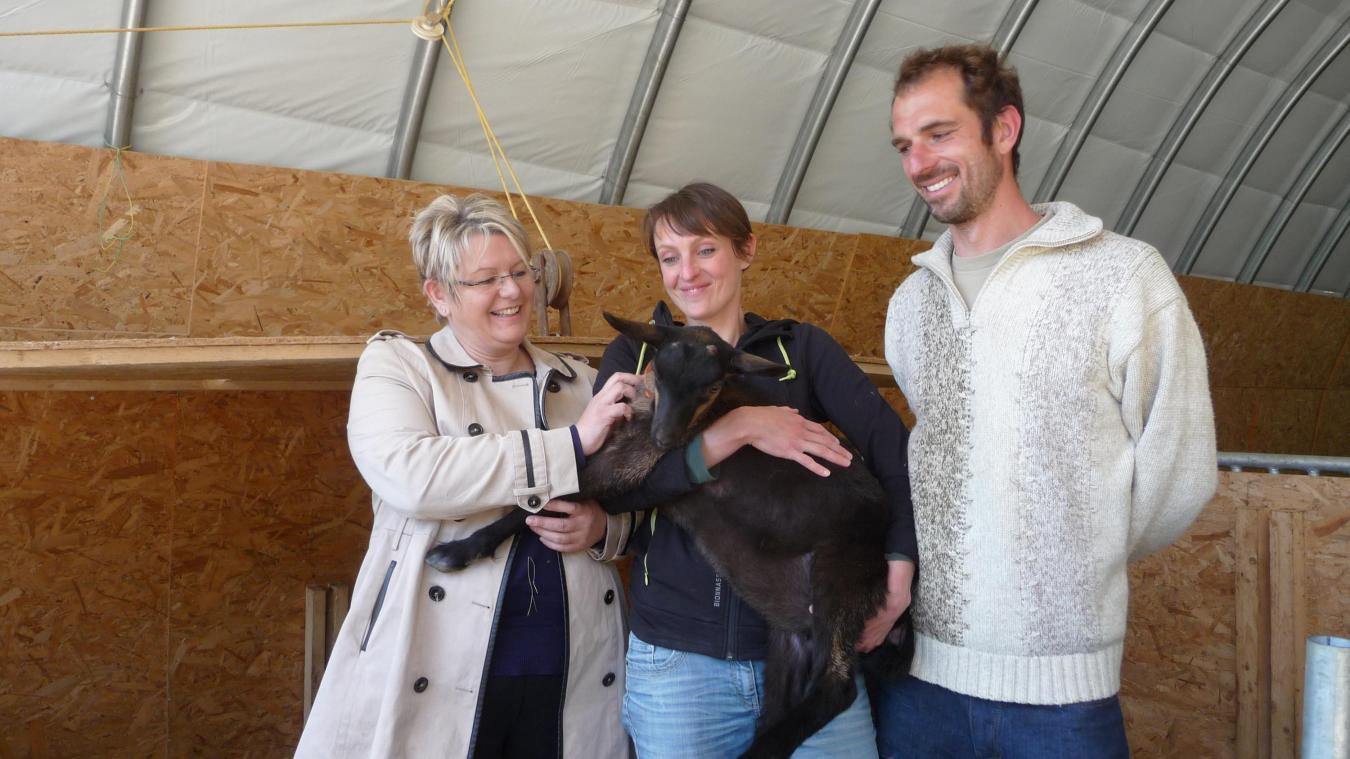 Muriel Bénier (à g.), vice-présidente en charge de l'environnement et du développement durable à la communauté de communes du pays de Gex, rend régulièrement visite à Guillaume et Emmanuelle.