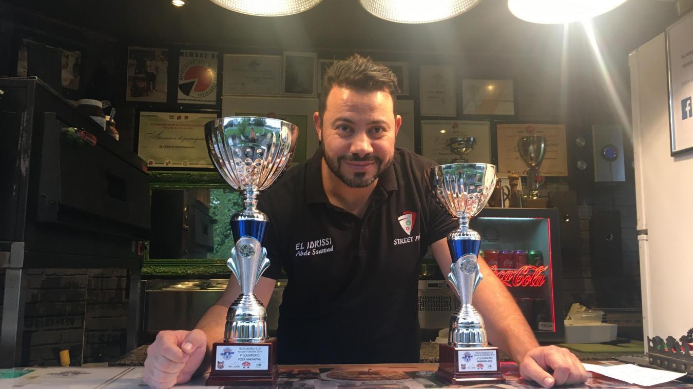 Le pizzaïolo et ses deux dernières coupes fraîchement ramenées du Championnat du monde à Rome.