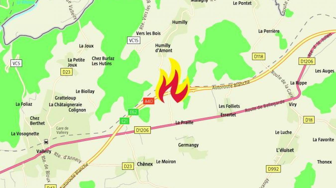 Aux alentours de 16h40, une voiture en flammes a nécessité l'intervention des pompiers sur l'A40 entre le péage de Viry et l'aire de Valleiry.