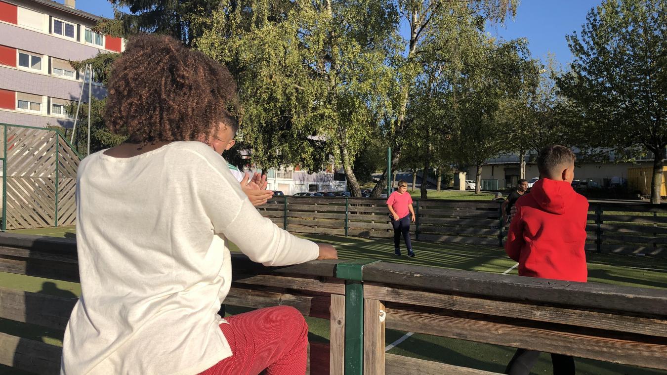 Aline Pagani (de dos) va à la rencontre des jeunes sur leurs lieux de vie.