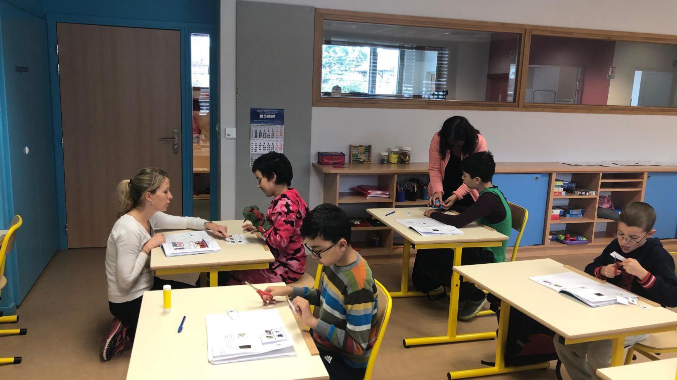 Tous les matins les enfants de l'IME sont à l'école du Châtelard, encadrés par leur maîtresse Aurélie et leurs éducatrices Christelle et Sylvie.