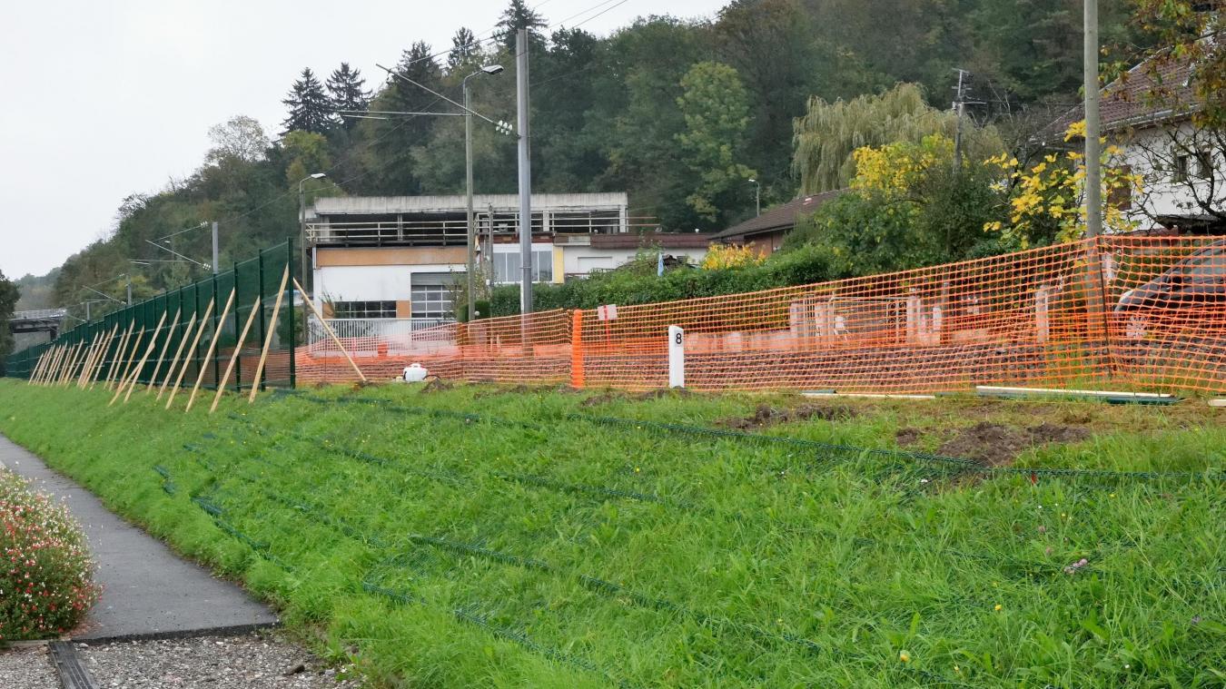 A Publier, la SNCF est en train de sécuriser la voie ferrée du pont de la Botte jusqu'au passage à niveau situé devant les Papeteries du Léman.