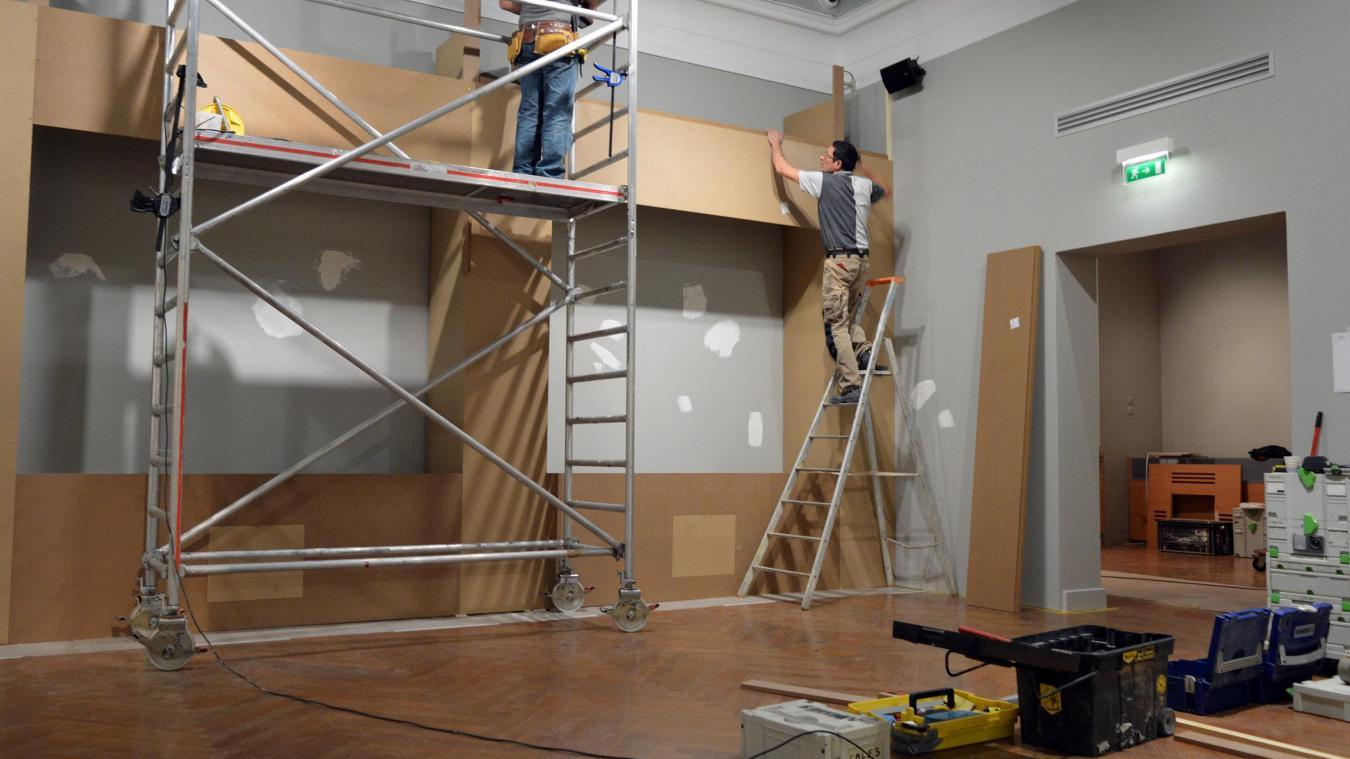 Les techniciens doivent monter tout le mobilier en quelques jours.