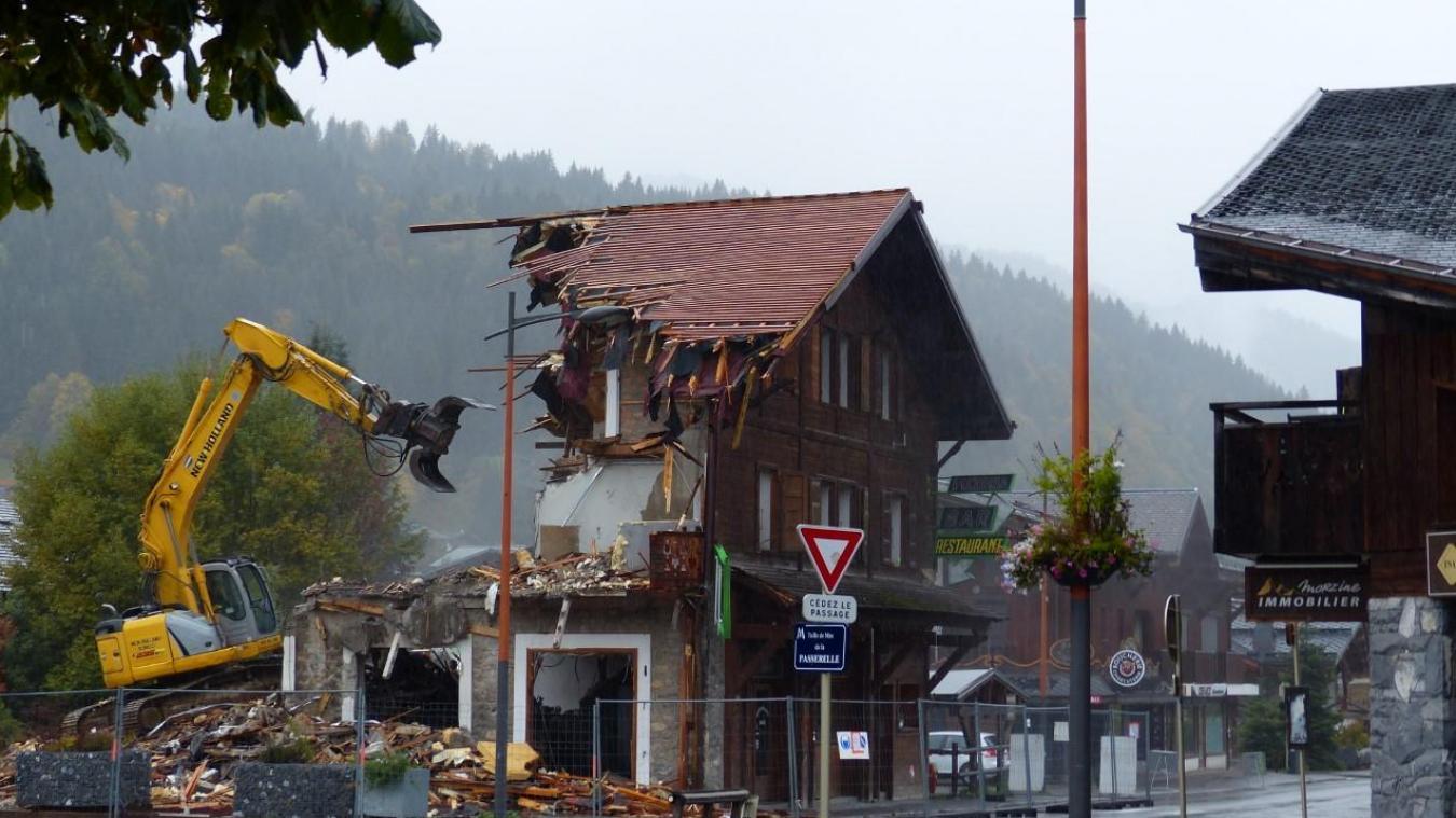 Le restaurant Le Tyrolien, construit dans les années 70, a récemment été démoli. A la place, deux bâtiments et 40 logements y seront érigés en 2022.