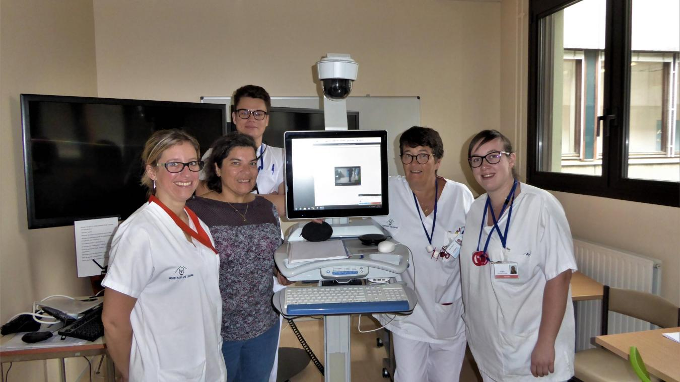 Anne Villard et son équipe de l'hôpital de Thonon devant l'équipement de télé consultation relié à l'hôpital d'Annecy.