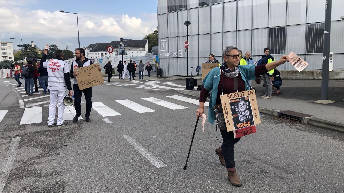 Les manifestants présents ont distribué de nombreux tracts aux véhicules et personnes de passage.