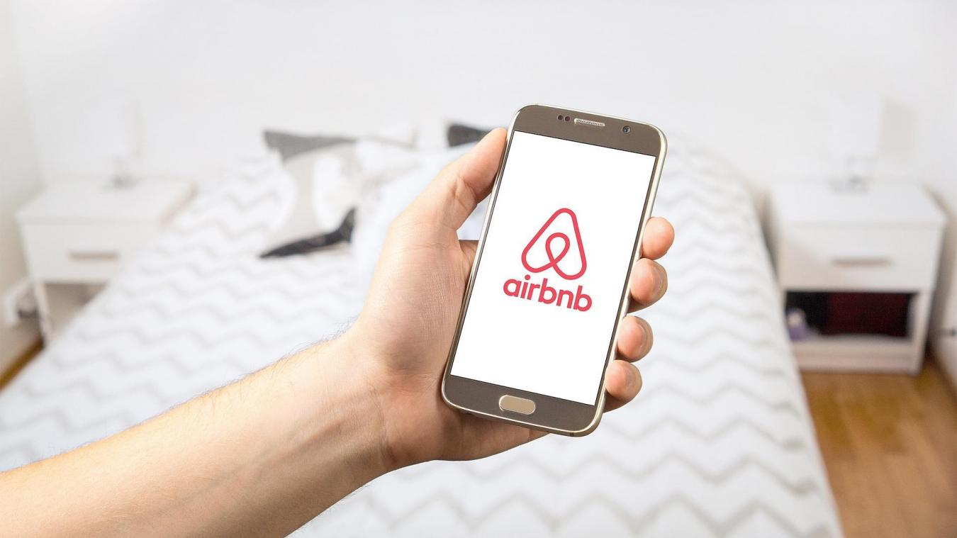 Les plateformes de location de logement, dont Airbnb, devront, à partir du 1er décembre, remettre aux communes la liste des logements loués sur leur site.