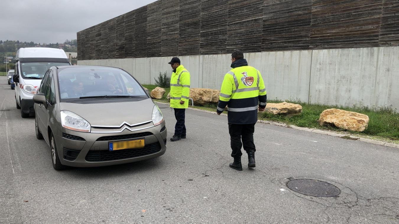 L'entrée de la déchetterie de Vétraz-Monthoux filtré par des agents de sécurité.