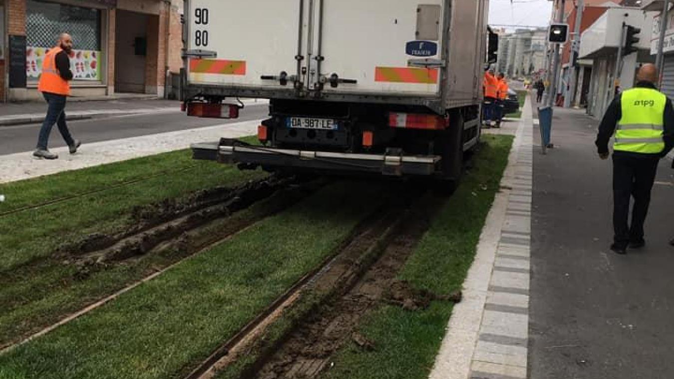Après les voitures, c'est au tour d'un poids lourd d'être surpris en plein sur les pelouses du tram.