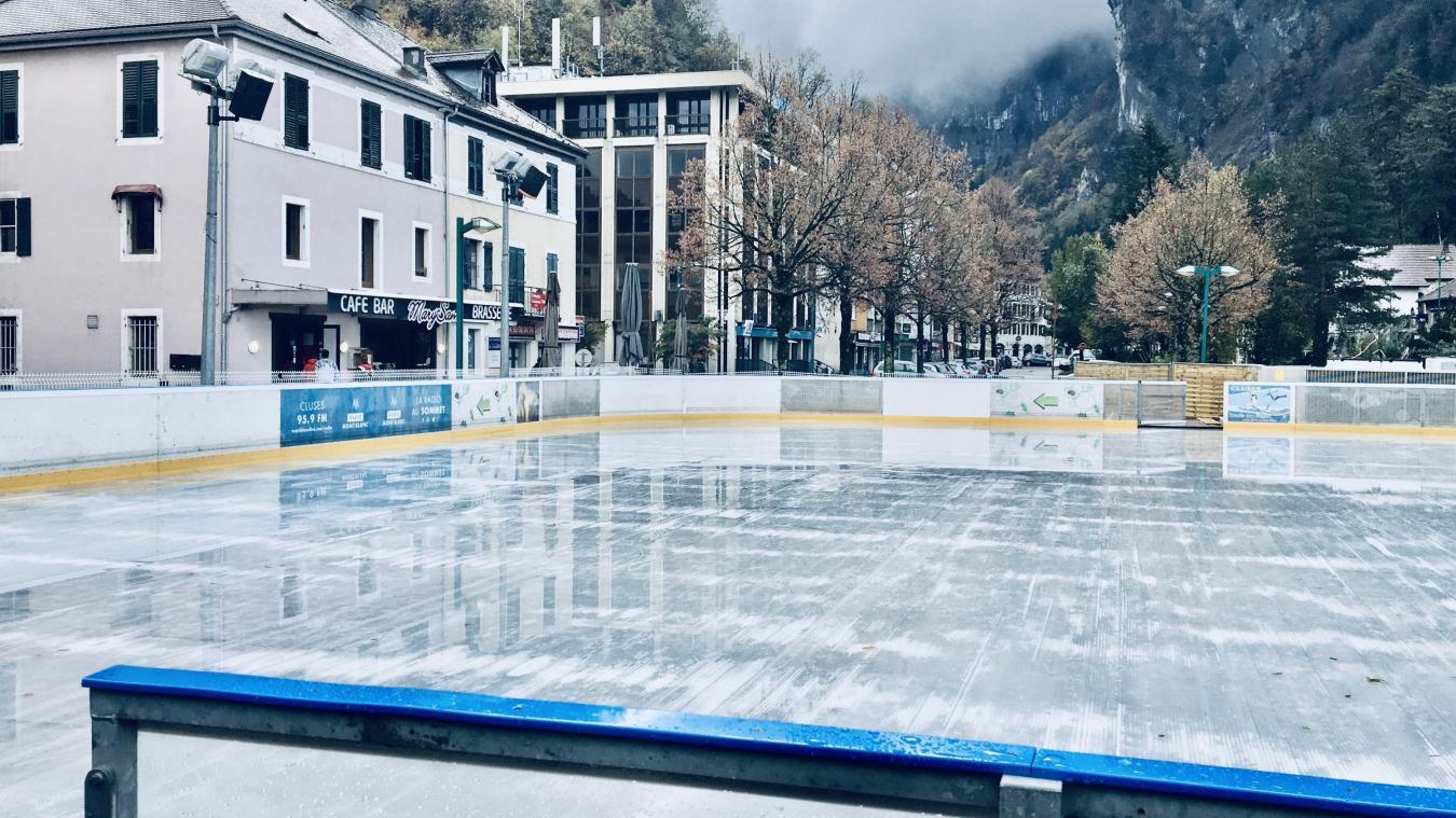 La patinoire de Cluses, c'est une piste en plein air de 600 mètres carrés et de nombreuses activités prévues.