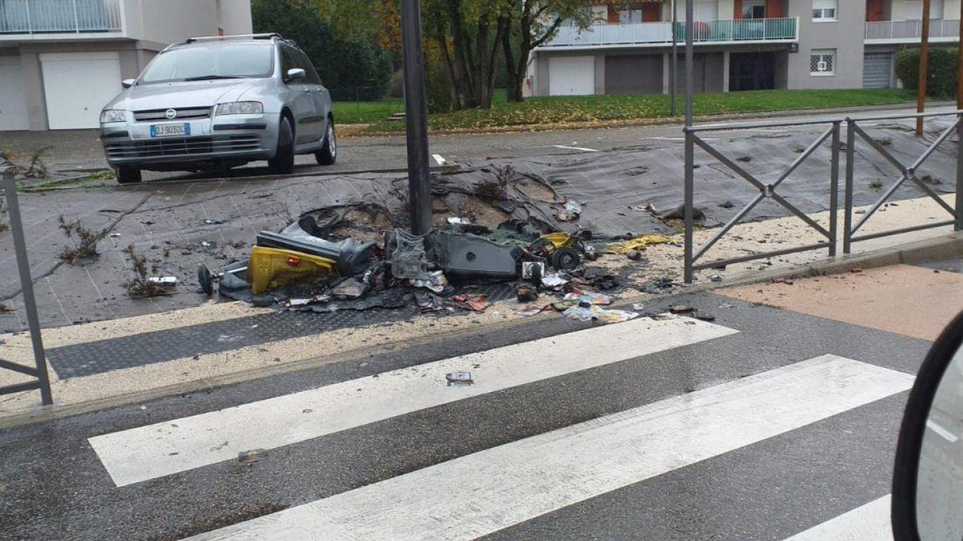 Les conteneurs poubelle récupérés aux alentours ont été rassemblés au pied du lampadaire avant d'être incendiés.