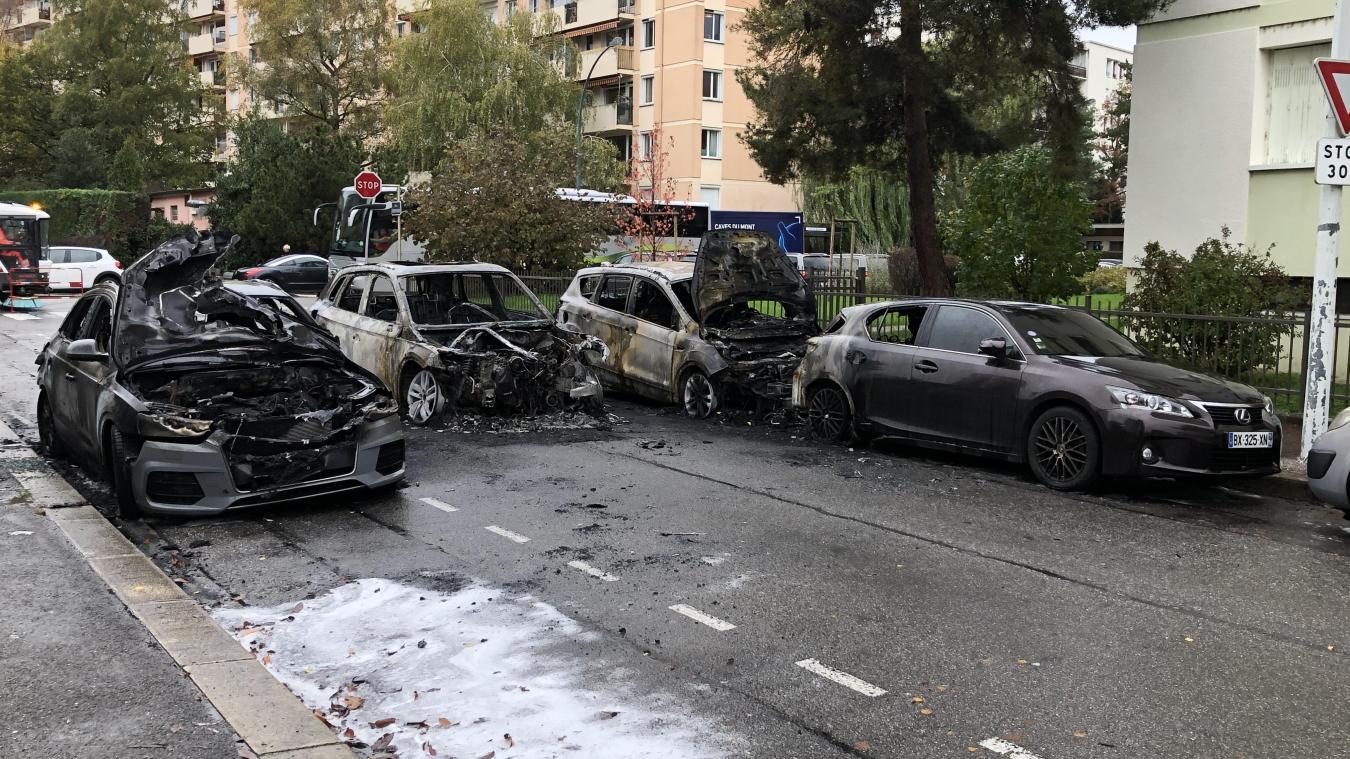 L'incendie serait parti du véhicule au milieu de la chaussée et a endommagé d'autres voitures garées dans la rue Montaigne à Annecy.