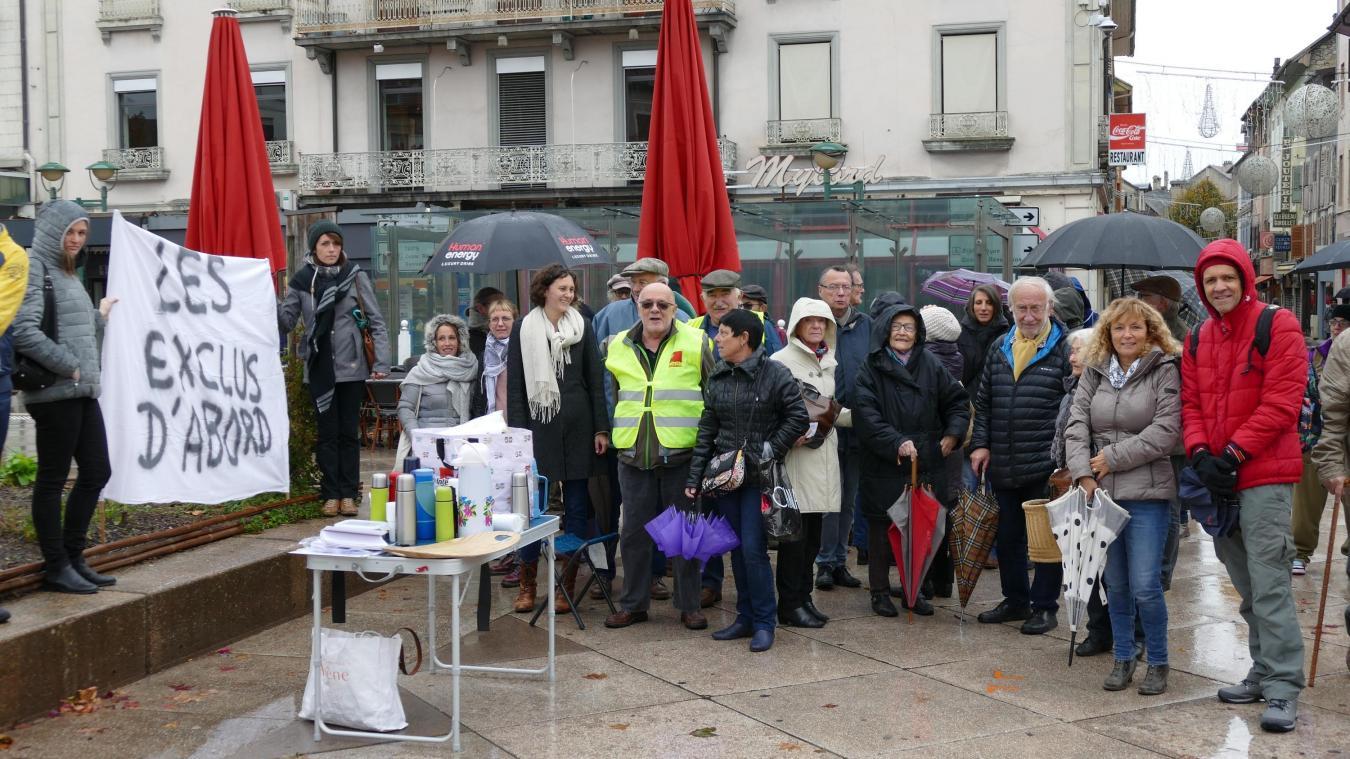 Jeudi 7 novembre, un rassemblement de soutien aux personnels de l'association La Passerelle en charge de l'accueil de jour des sans-abri a réuni une bonne cinquantaine de participants place des Arts à Thonon-les-Bains.