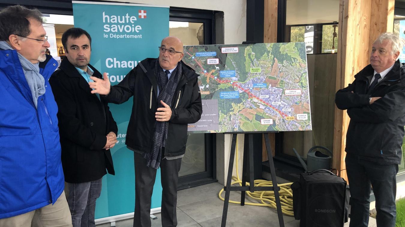 François Daviet (en bleu) et Christian Monteil (au centre), en sont persuadés : ces travaux vont améliorer le trafic routier entre La Balme-de-Sillingy et le Grand Epagny.