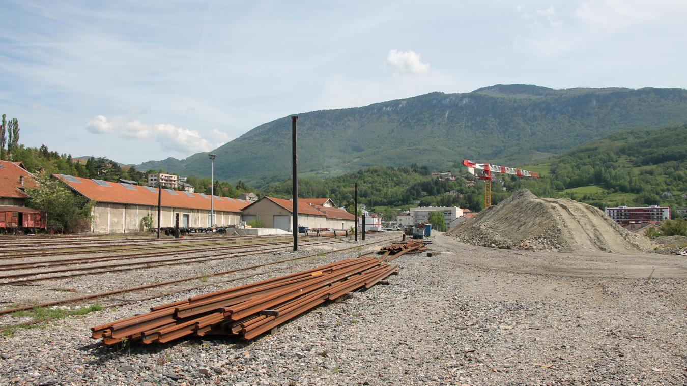D'une superficie de 6 427 m 2 , le terrain qui doit accueillir le cinéma jouxte le chantier du collège Dumont.