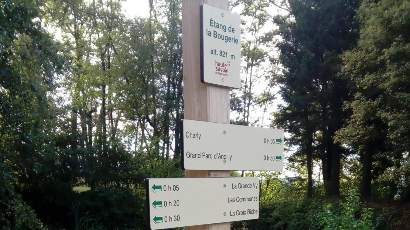 Des panneaux ont été rénovés pour remettre à neuf des balisages sur des sentiers du Salève représentant au total 50 kilomètres dans le Pays de Cruseilles.